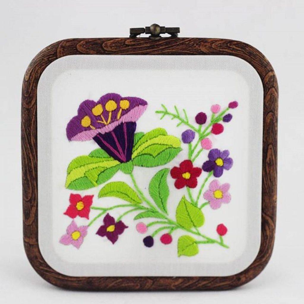haftowany obrazek fioletowe kwiaty