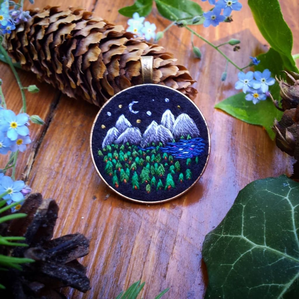 haftowany naszyjnik z górami, lasem i nocą