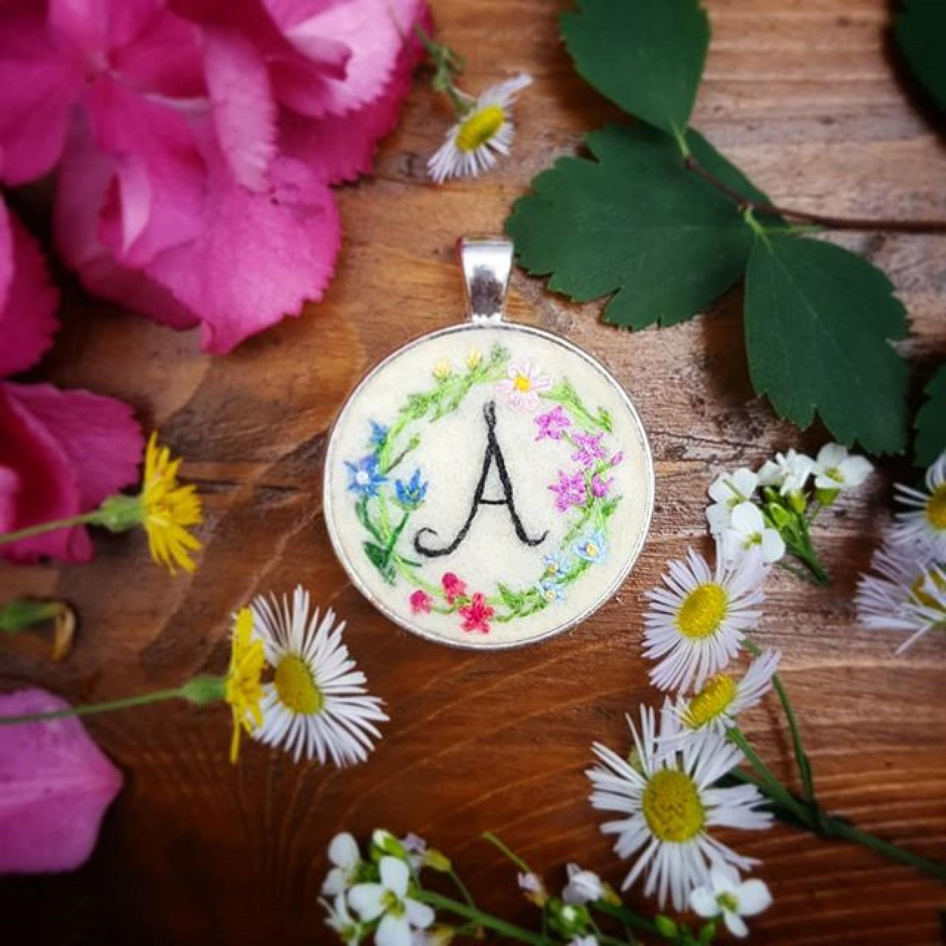 haftowany naszyjnik z inicjałem i kwiatowym wiankiem
