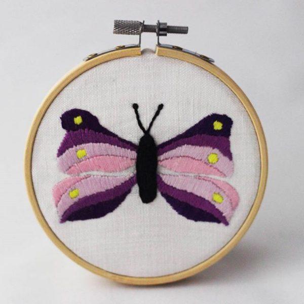 haftowany obrazek fioletowy motylek
