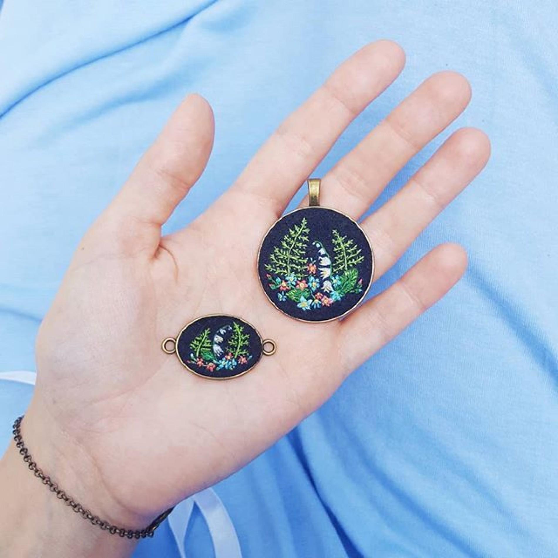 haftowany komplet: naszyjnik i bransoletka z paprociami i konwaliami