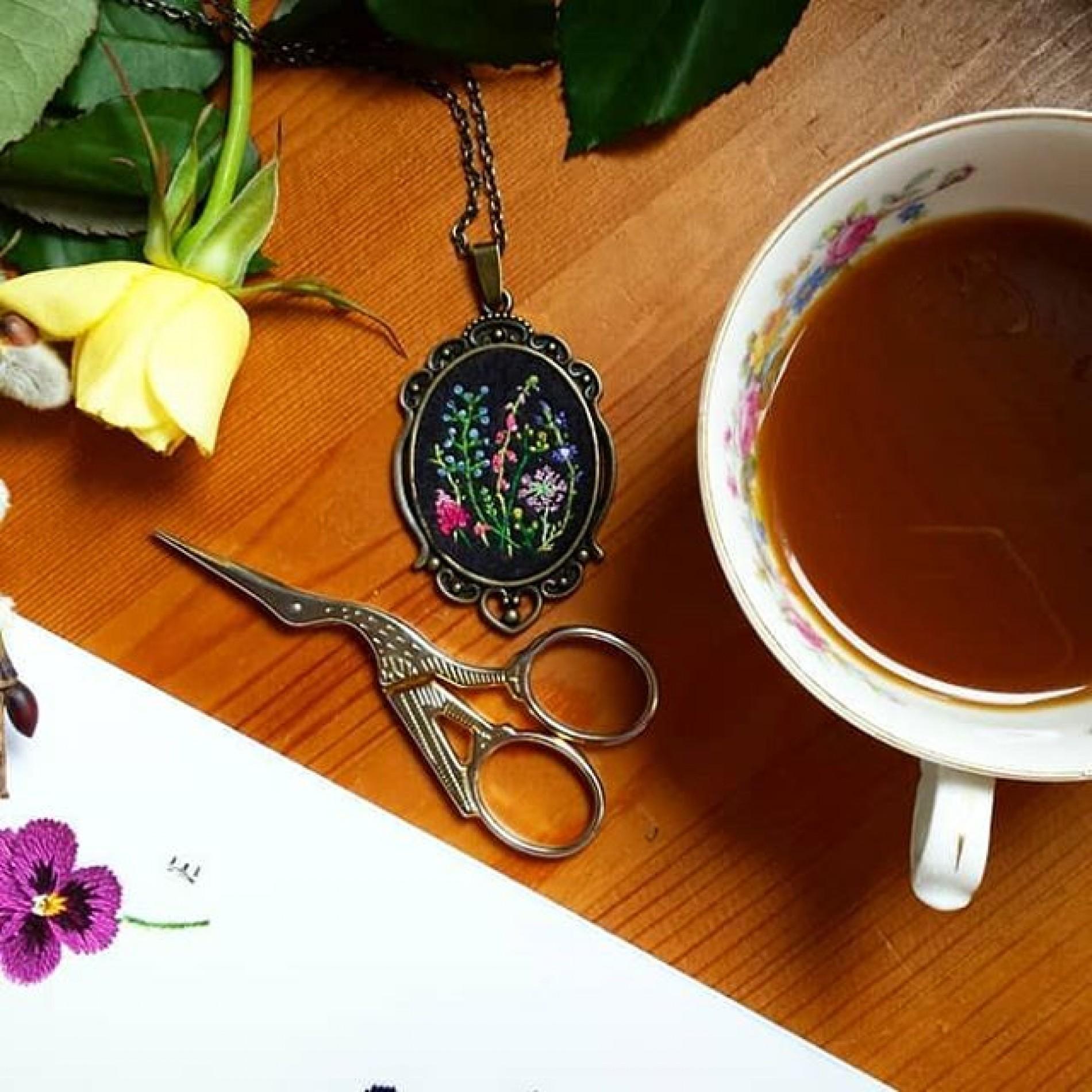 haftowany wisior z dziką łąką