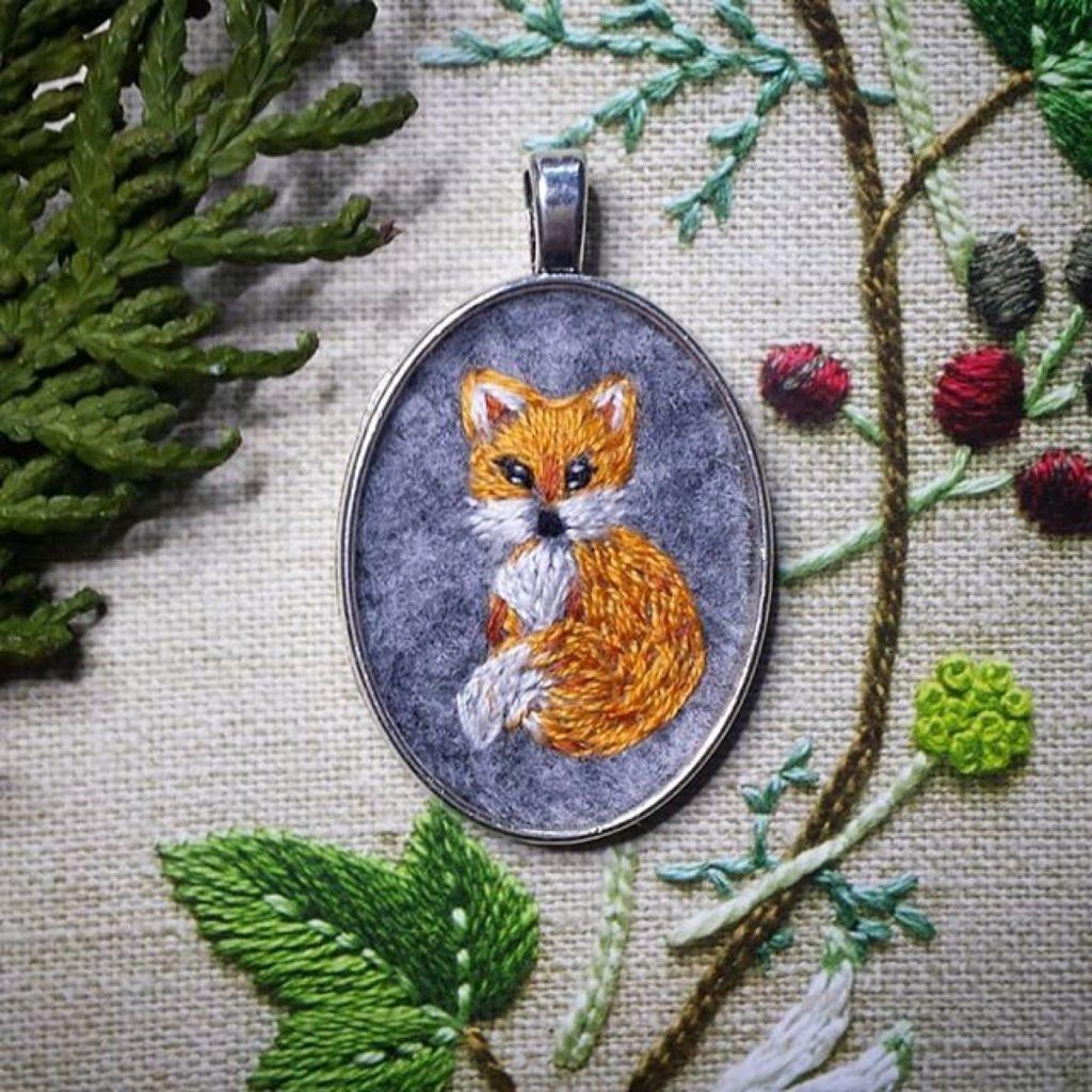 haftowany naszyjnik siedzący lisek