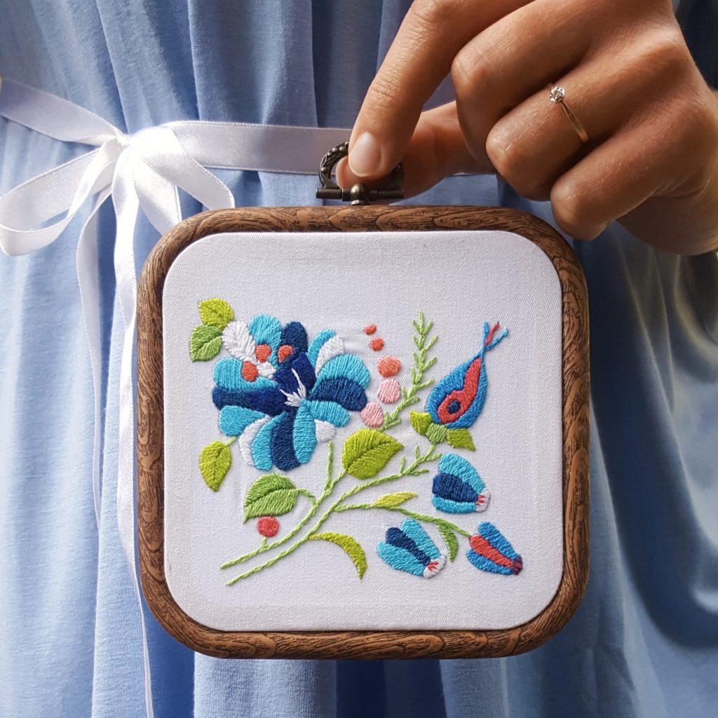 haftowany obrazek niebieskie kwiaty