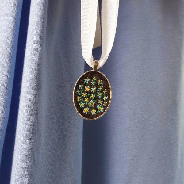 haftowany naszyjnik niezapominajki