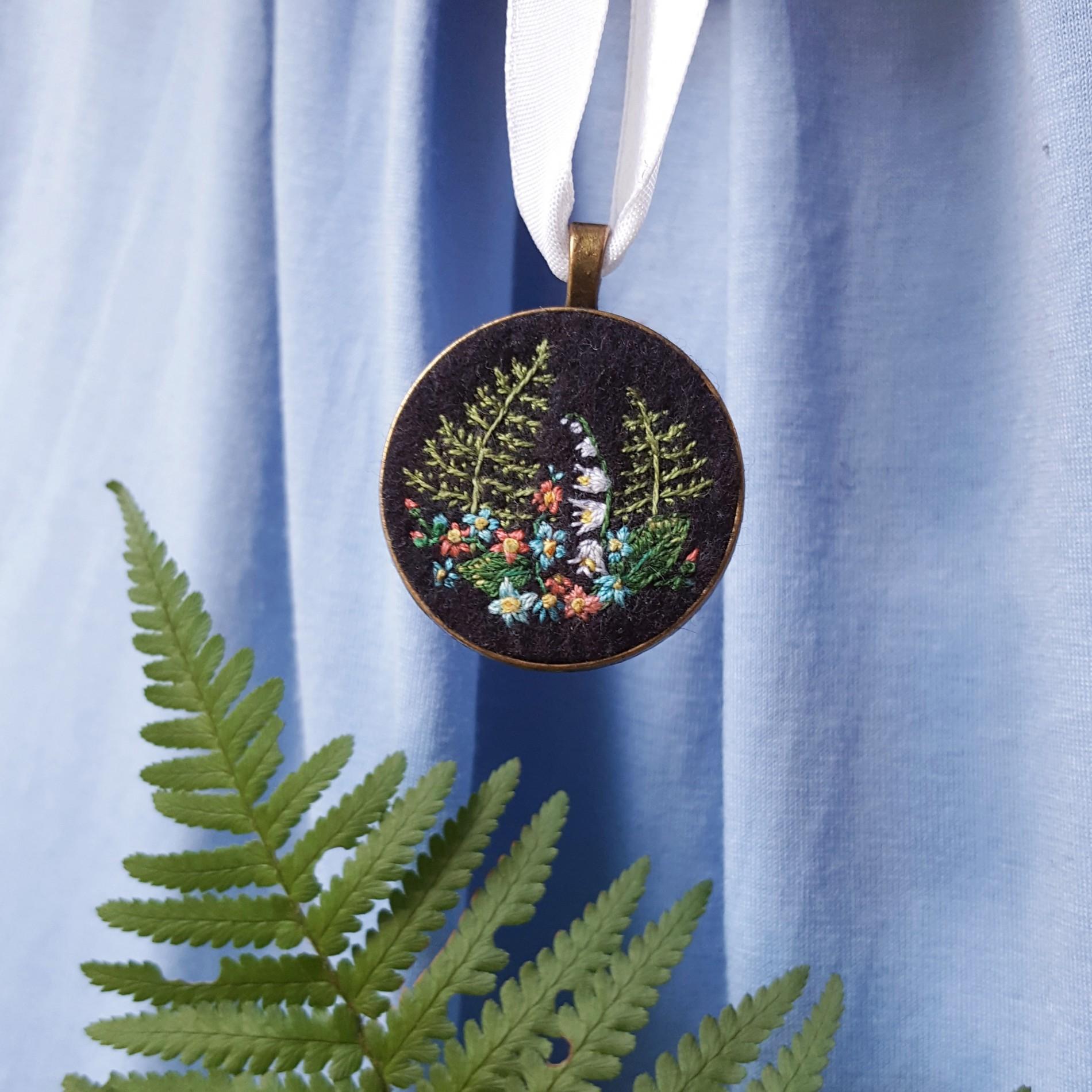 haftowany naszyjnik z paprociami i konwaliami