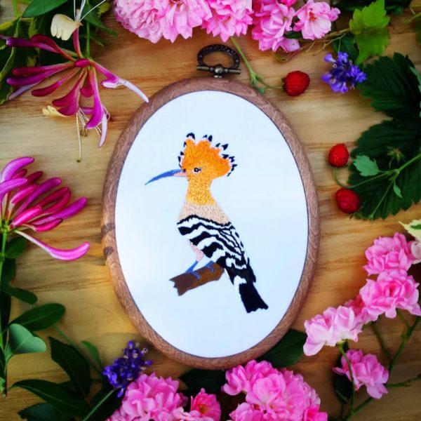 haftowany obrazek dudek na gałęzi