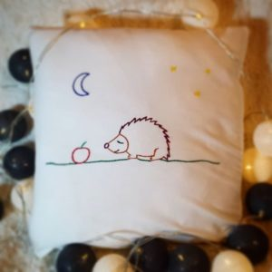 haftowana poszewka na poduszkę jeż