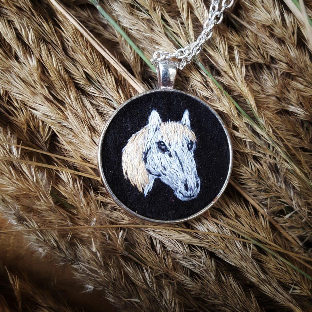 haftowany wiosiorek koń