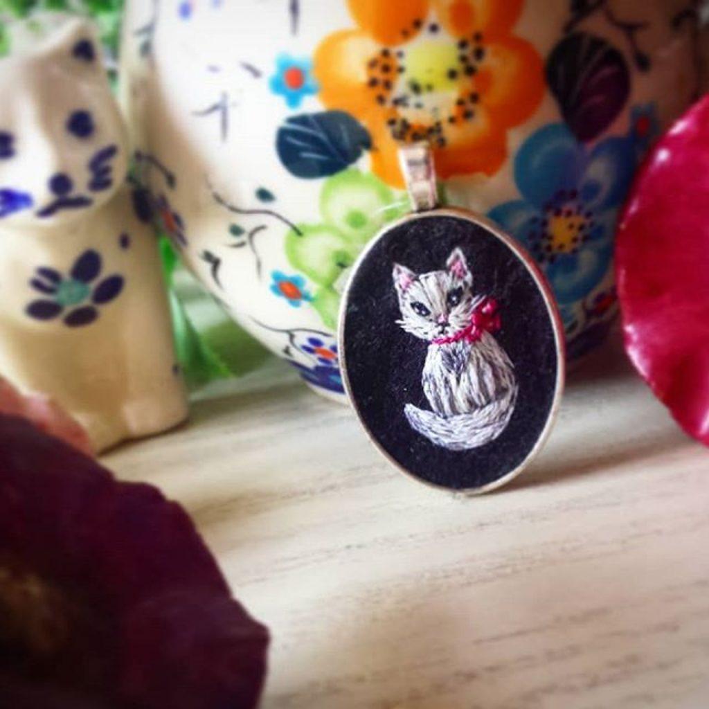 haftowany naszyjnik biały kot