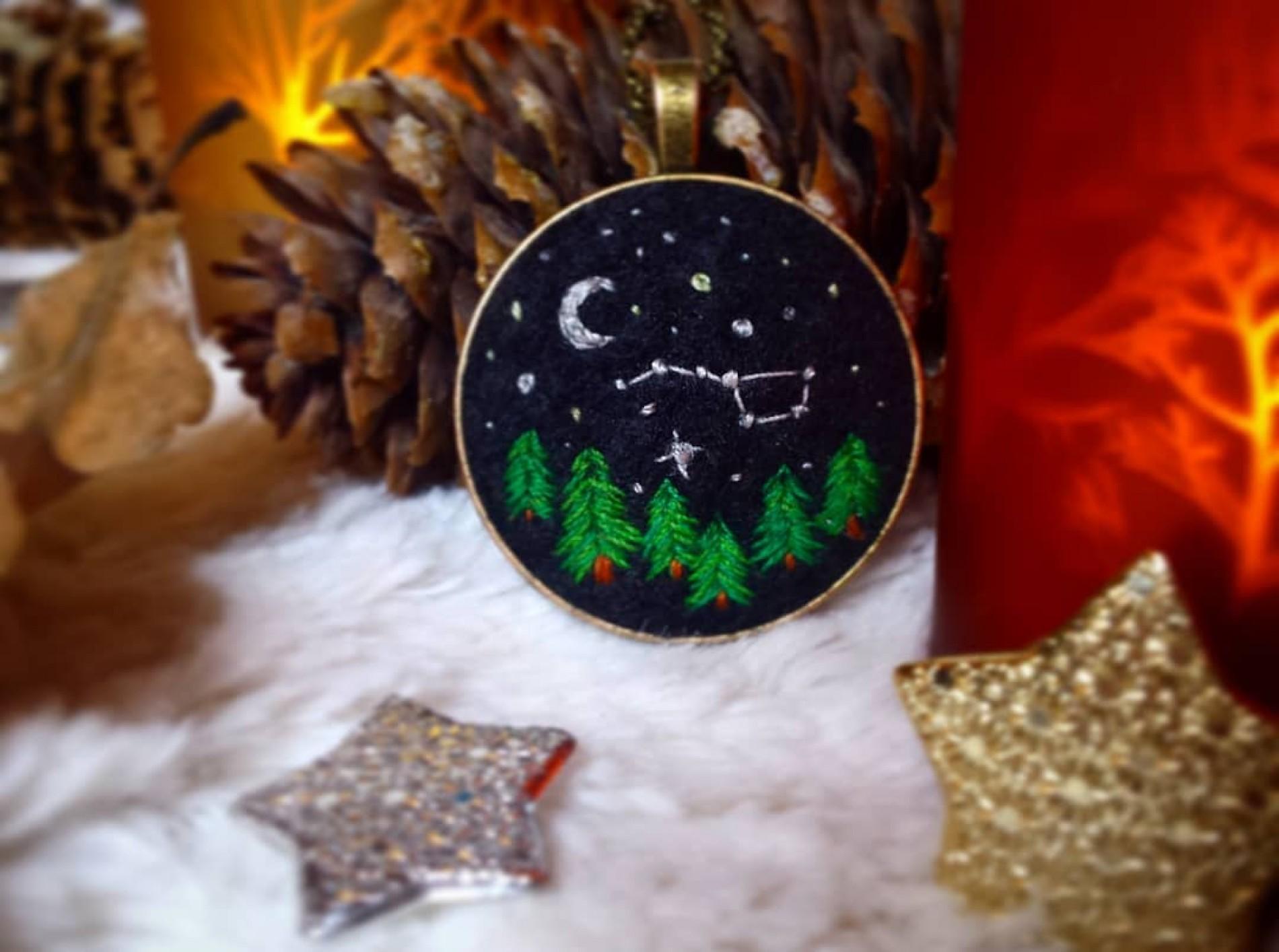haftowany naszyjnik z lasem, nocą i wielkim wozem