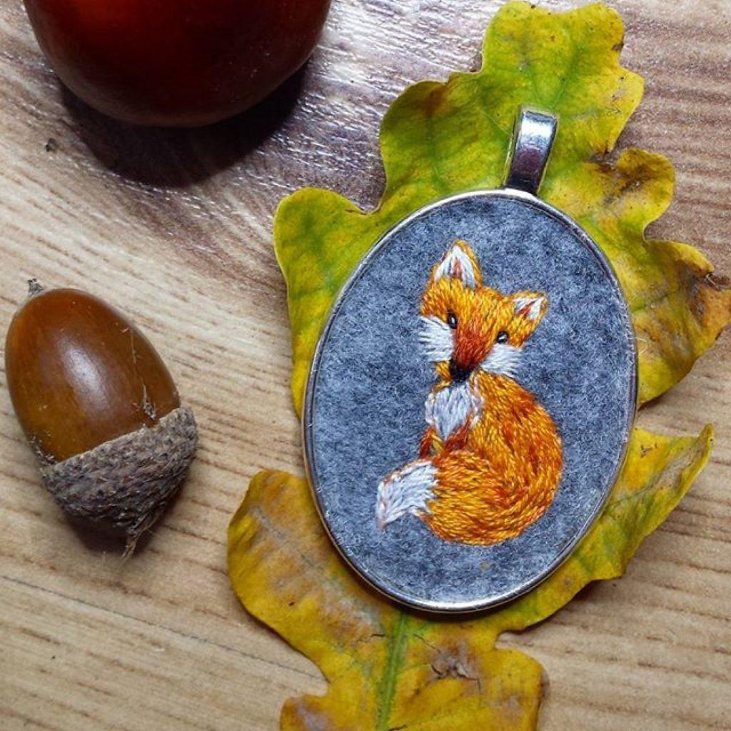 haftowany naszyjnik siedząca lisica