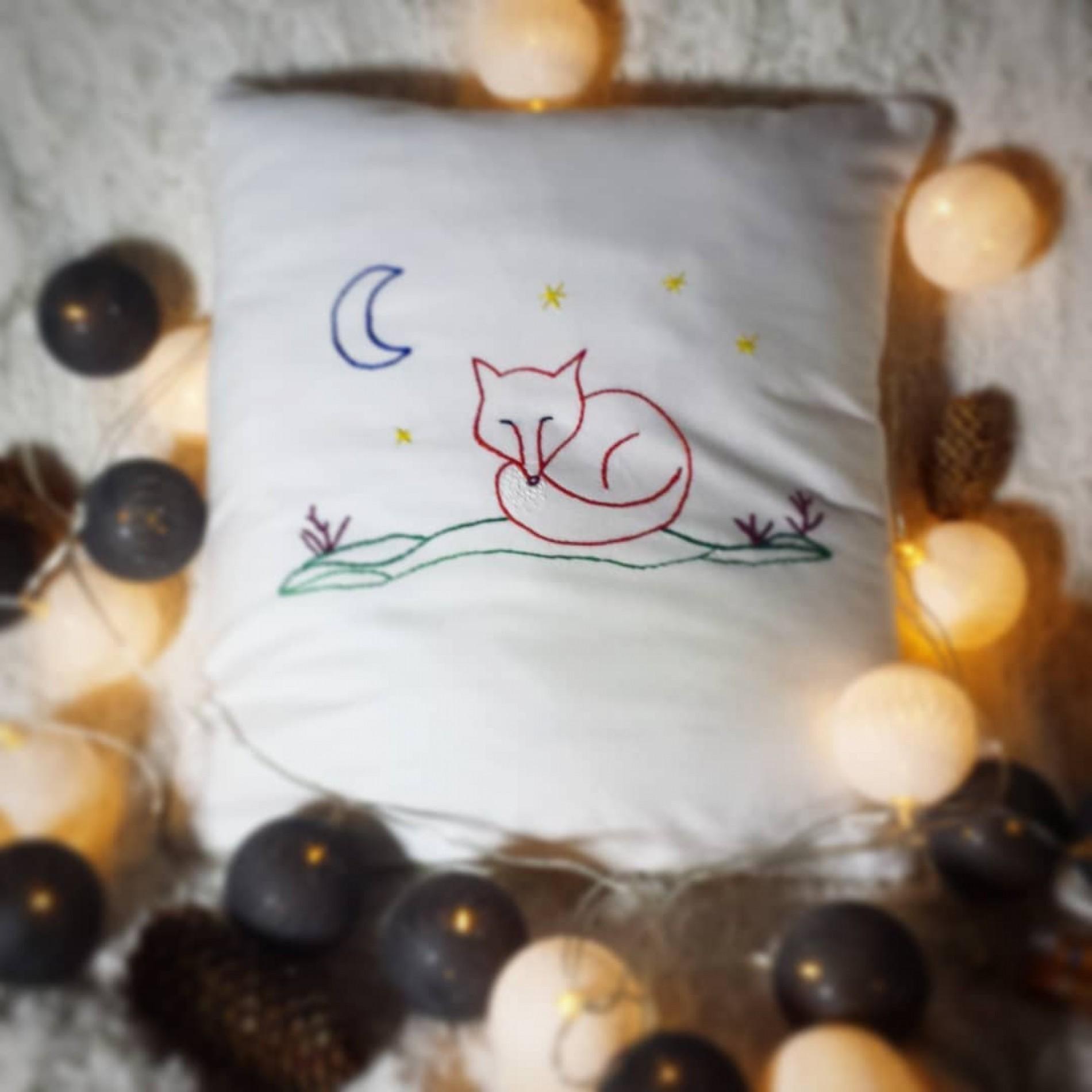 haftowana poszewka na poduszkę ze śpiącym liskiem