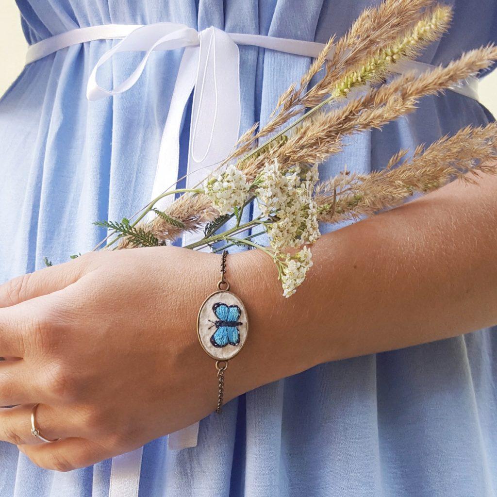 haftowana bransoletka z niebieskim motylem