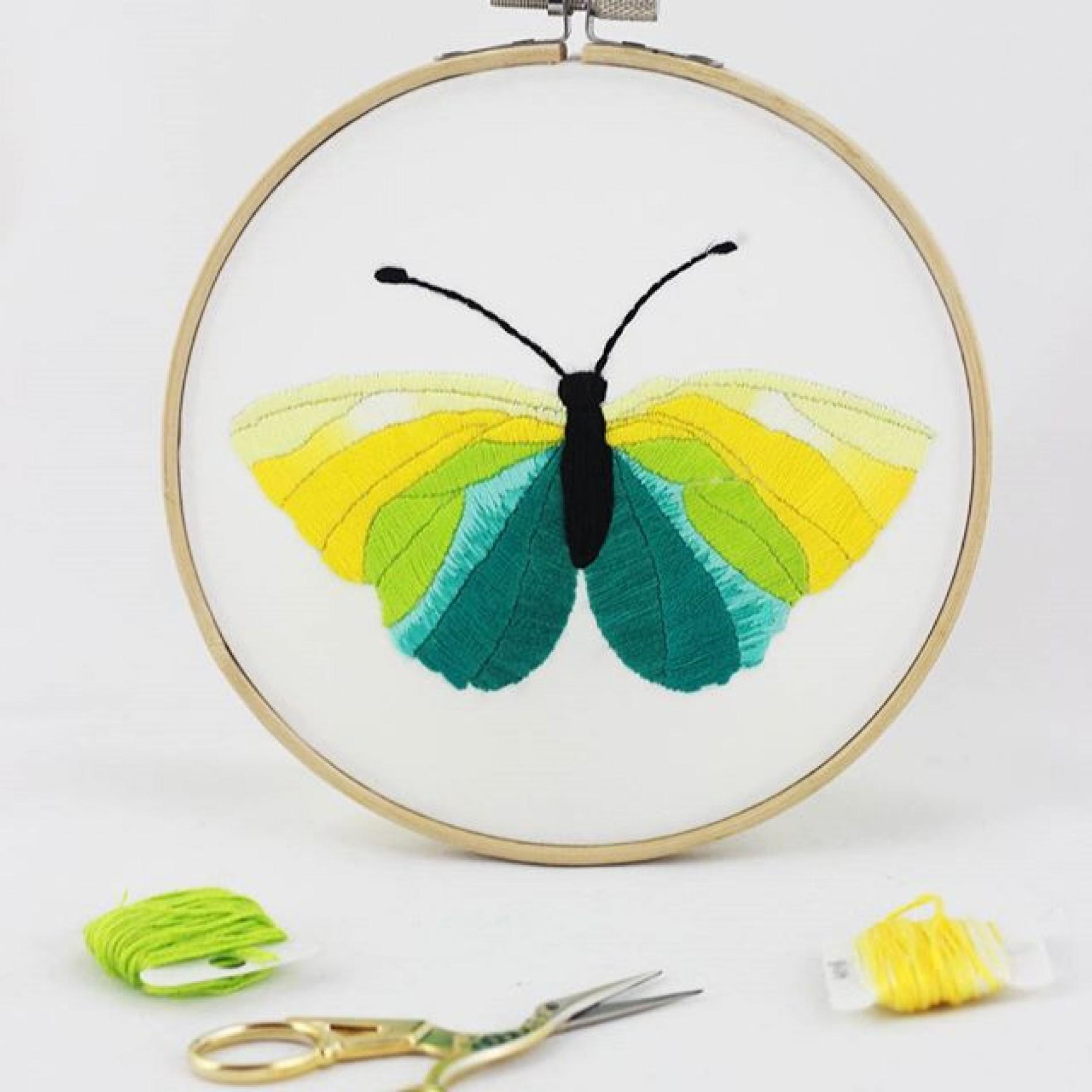 haftowany tamborek z żółtym motylem