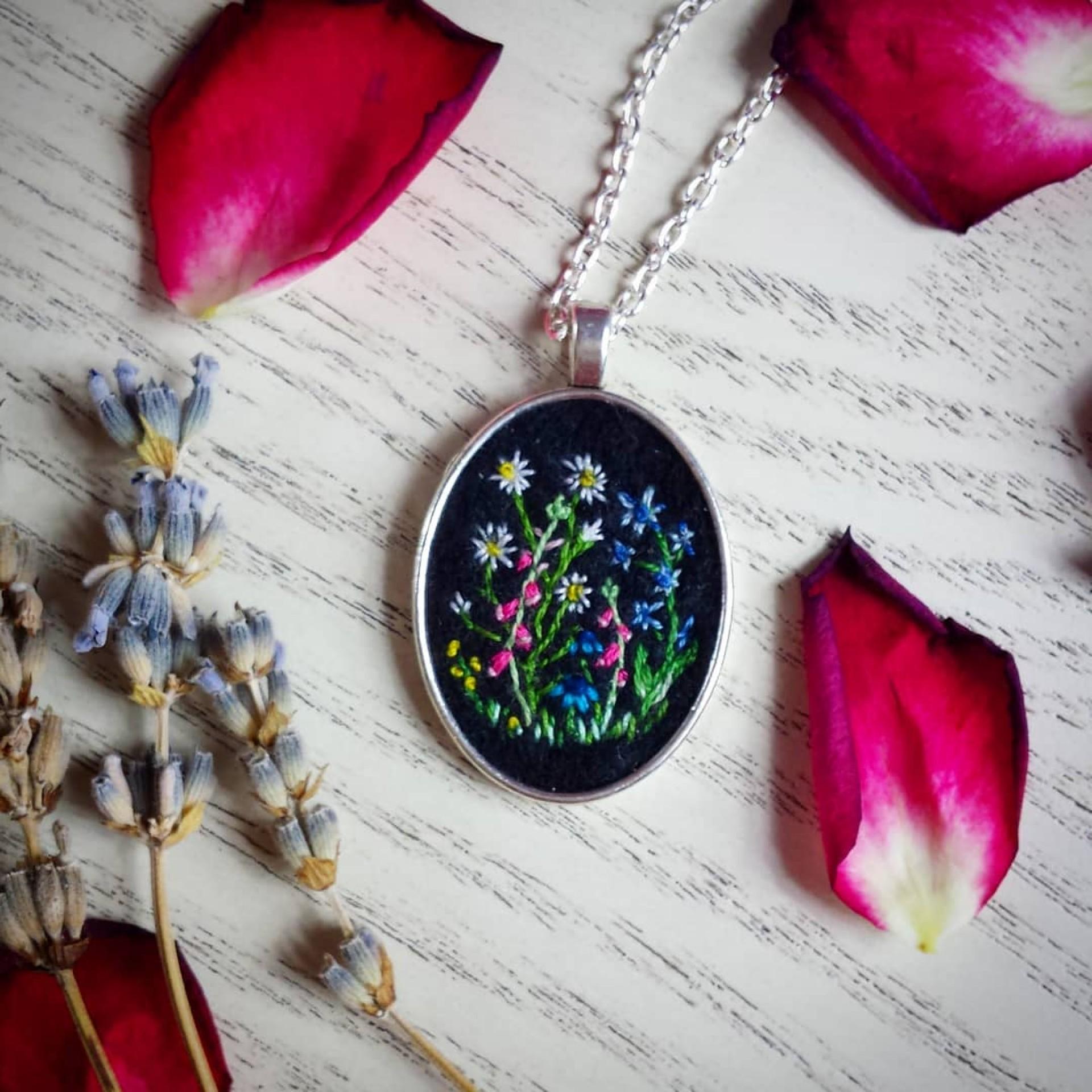 haftowany naszyjnik z dziką łąką