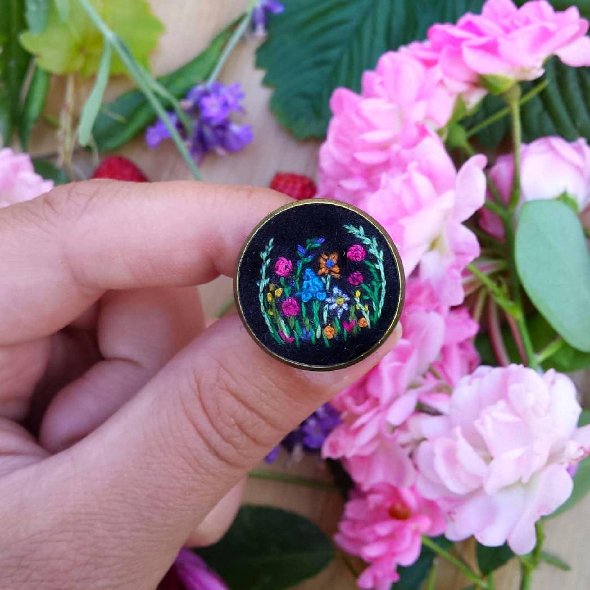 haftowany pierścionek z dziką łąką