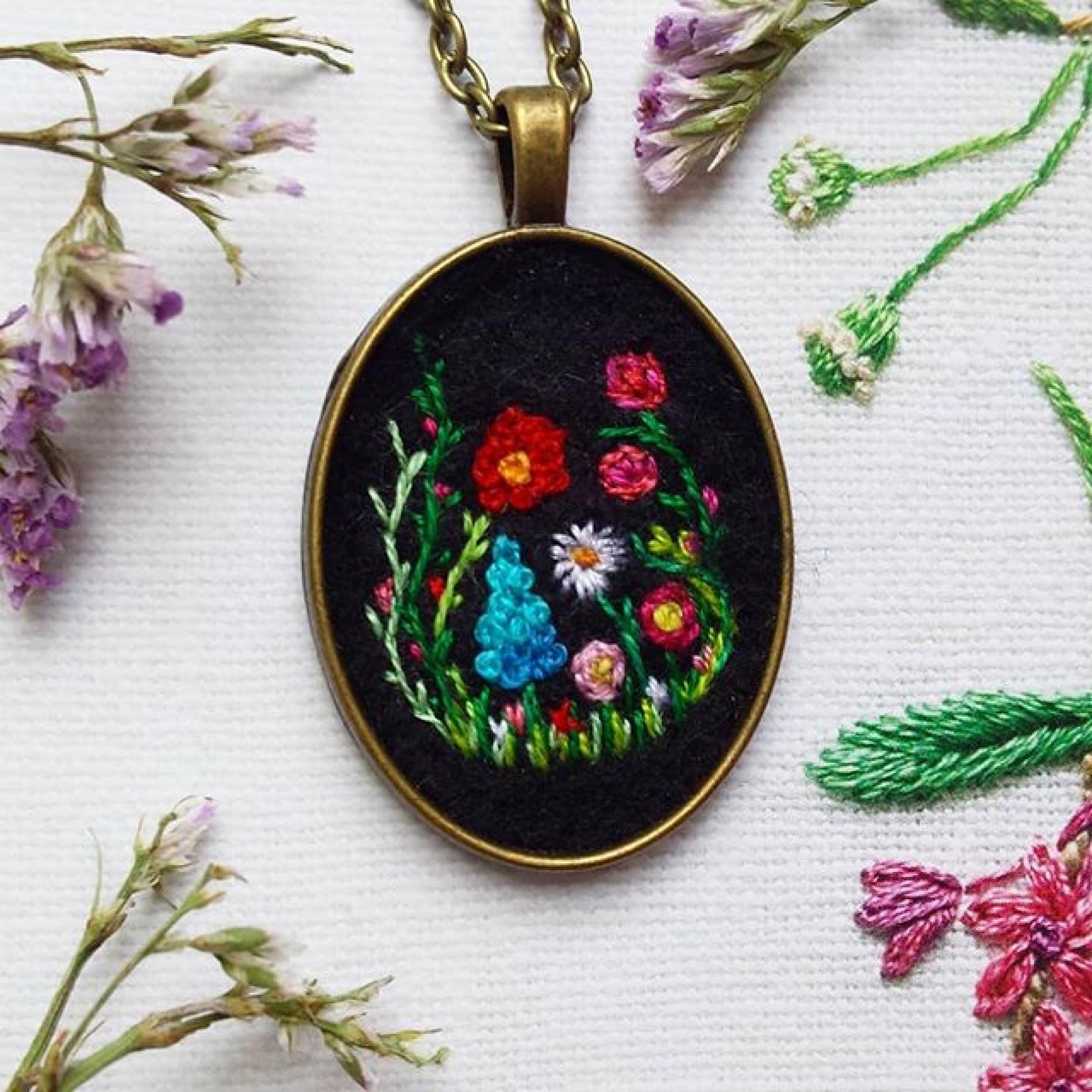 haftowany wisiorek z łąką, różami i łubinem