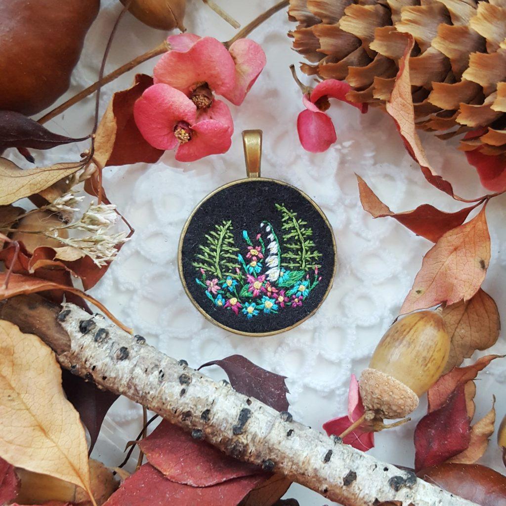 haftowany naszyjnik paprocie