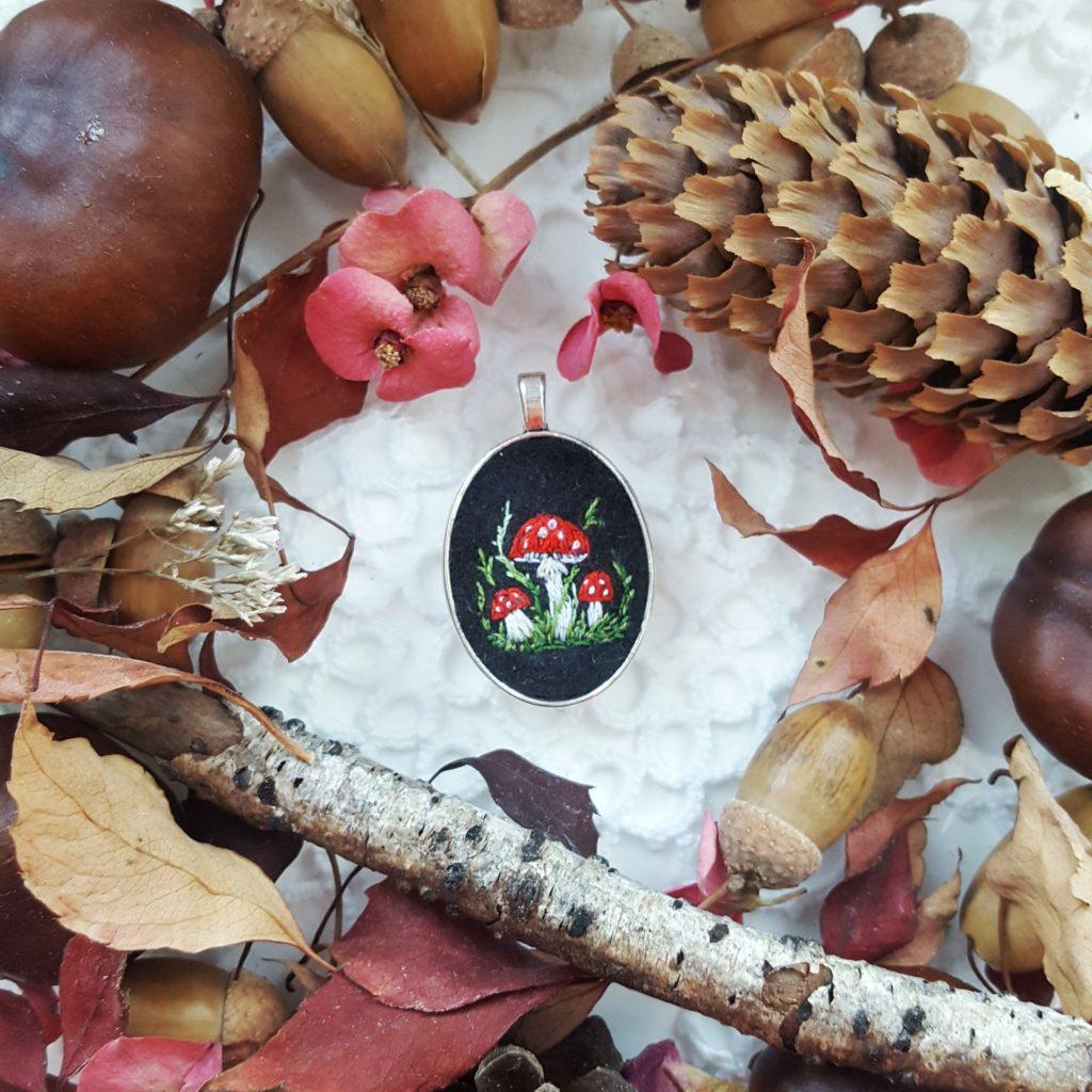 haftowany naszyjnik muchomory