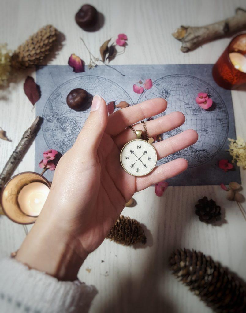 haftowany naszyjnik z kompasem