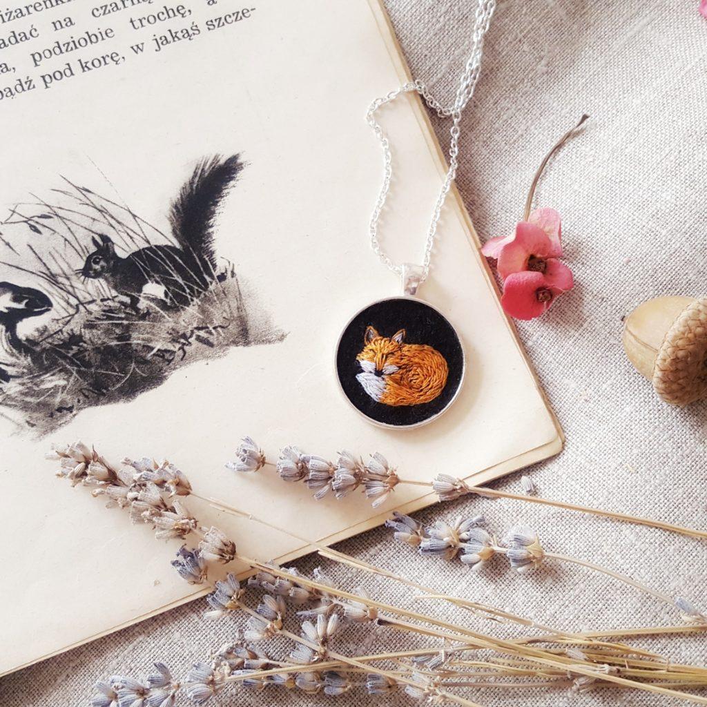 haftowany naszyjnik śpiący lisek Needle Twiddle
