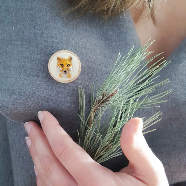 haftowana broszka z liskiem needle twiddle