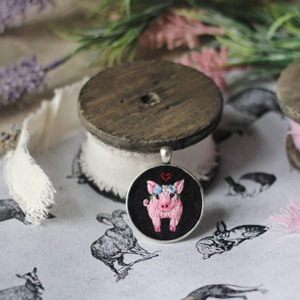 haftowany naszyjnik świnka Needle Twiddle