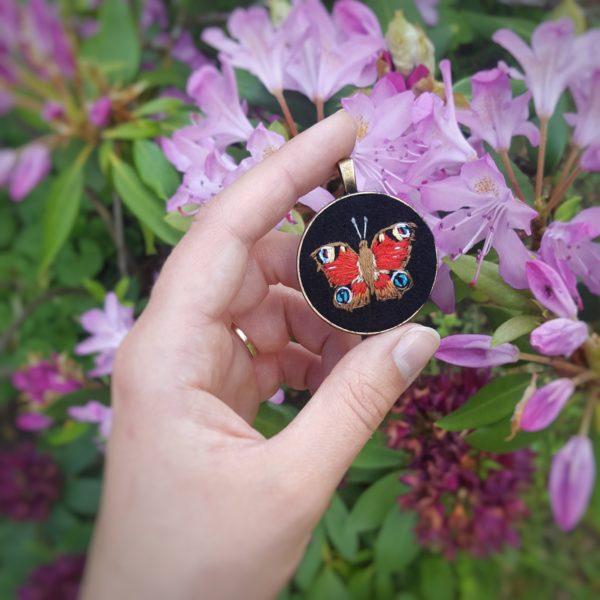 haftowany naszyjnik motyl