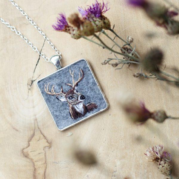 haftowany naszyjnik jeleń