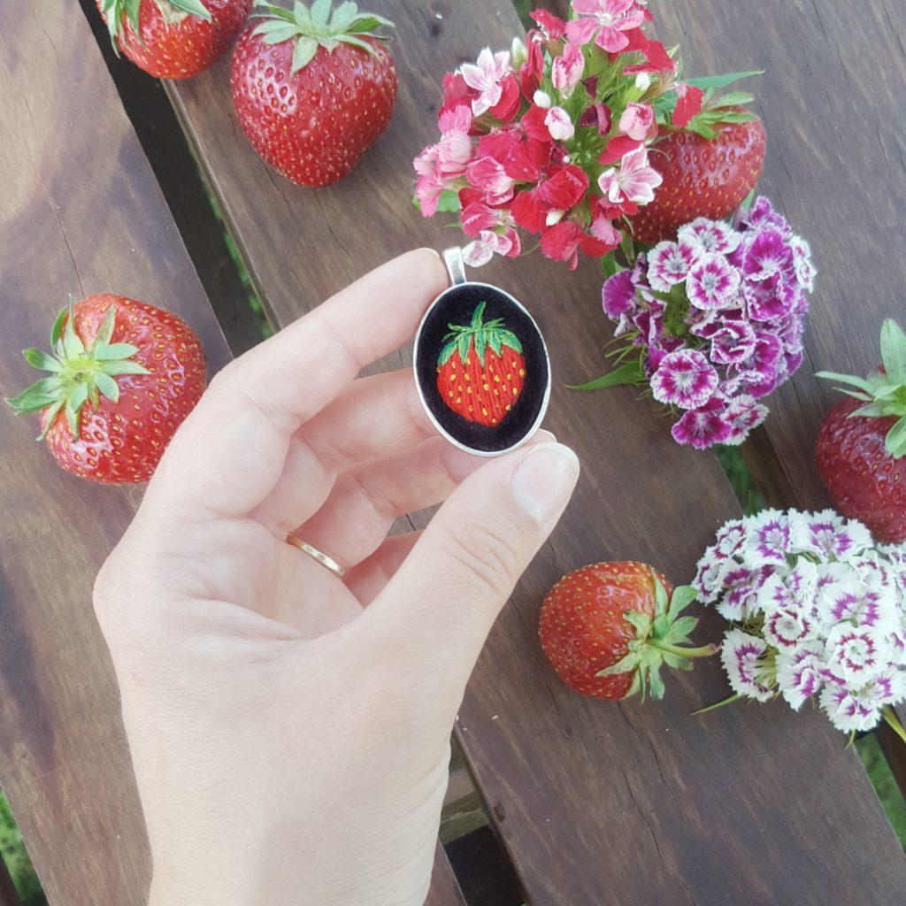 haftowany naszyjnik truskawka