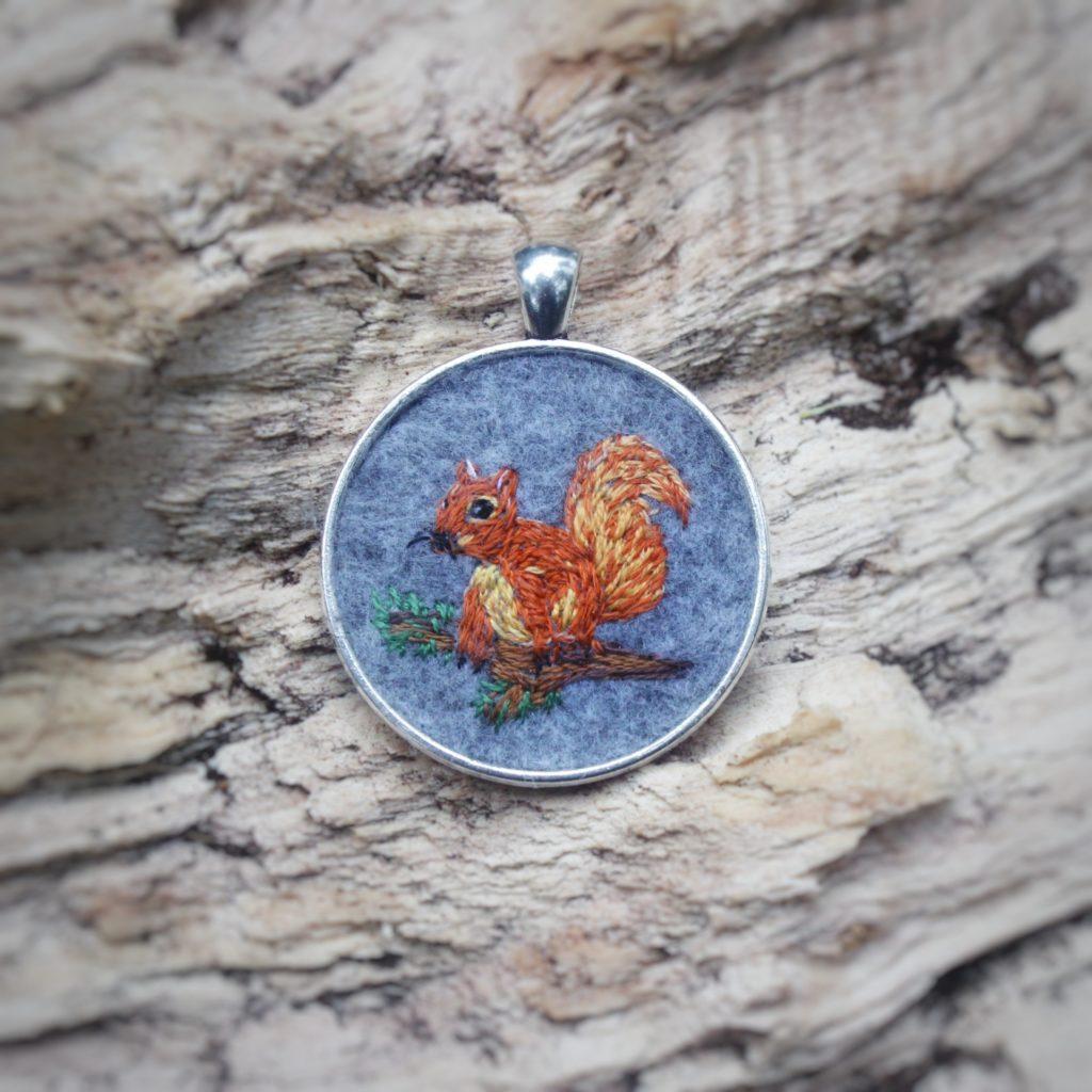 haftowany naszyjnik wiewiórka