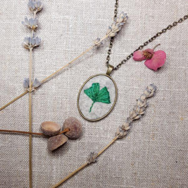 haftowany naszyjnik liść miłorzębu