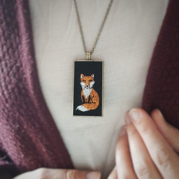 haftowany naszyjnik lis